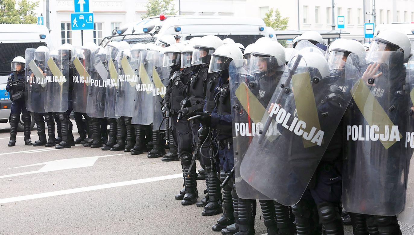Podlaska policja nadal intensywnie analizuje materiał z monitoringu (fot. PAP/Artur Reszko)