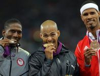 Podium biegu na 400 metrów przez płotki (fot. PAP/EPA)