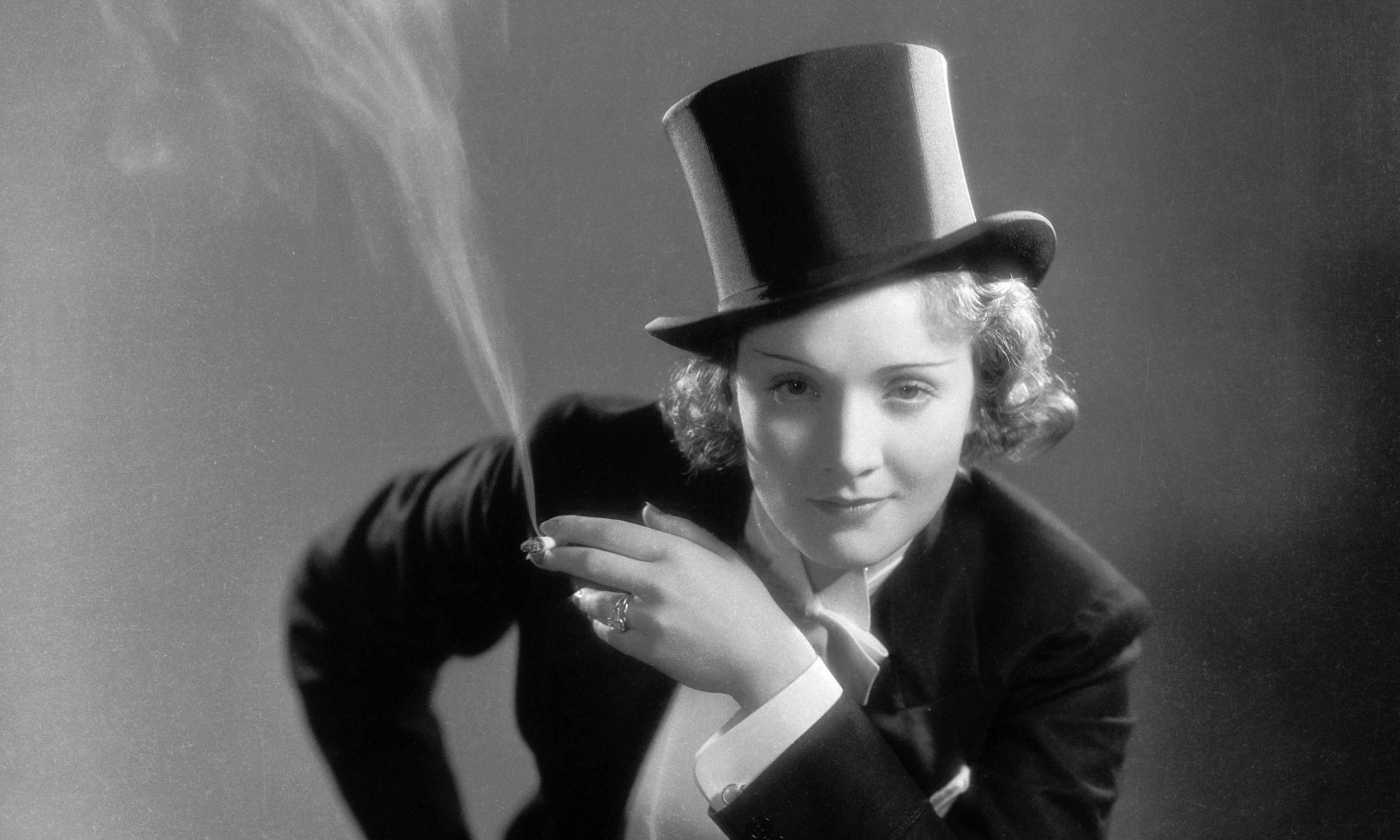 Marlena Dietrich stała się ikoną nowej mody na palenie papierosów. Na zdjęciu w filmie
