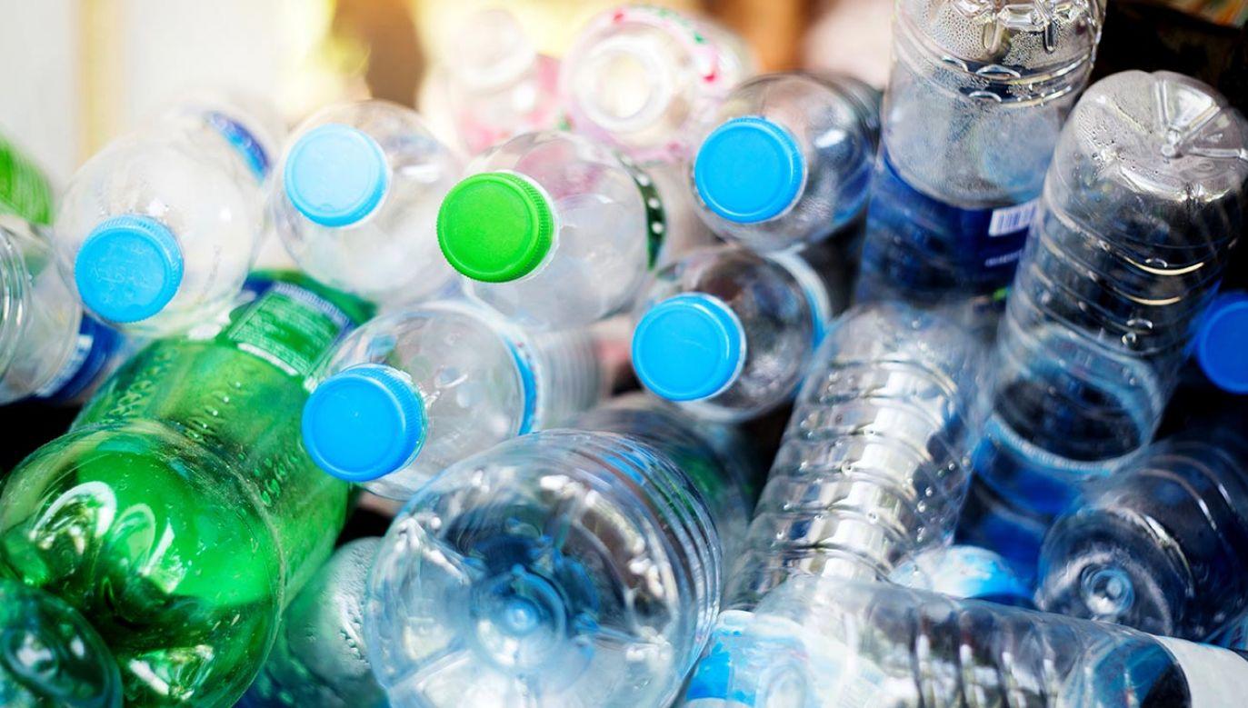 "Opłata ""Plastic tax""obowiązuje od 1 stycznia 2021 r. (fot. Shutterstock/Teerasak Ladnongkhun)"
