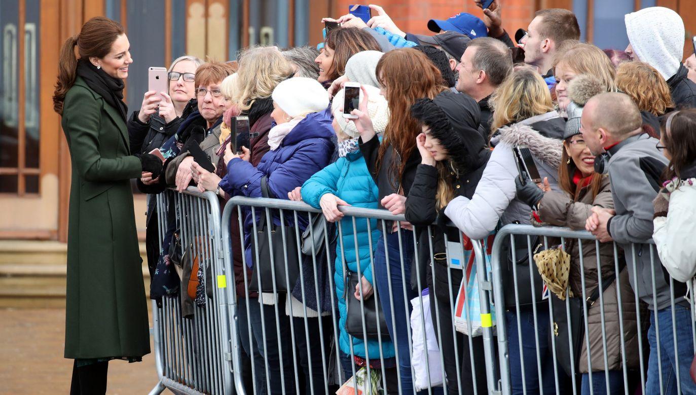 Księżna Catherine rozmawia z publicznością, która przyszła zobaczyć członków brytyjskiej rodziny królewskiej podczas ich wizyty w Blackpool w Anglii, w marcu 2019 roku. Książę i księżna Cambridge zostali zaproszeni przez radę miejską do odwiedzenia ulicy, która uświadamia problemy mieszkaniowe Blackpool. Fot. Chris Jackson / Getty Images