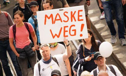 """Berlińska demonstracja odbywała się, jak wszystkie inne, pod hasłem: """"Maski zdjąć"""". Fot. CLEMENS BILAN/EPA/PAP"""