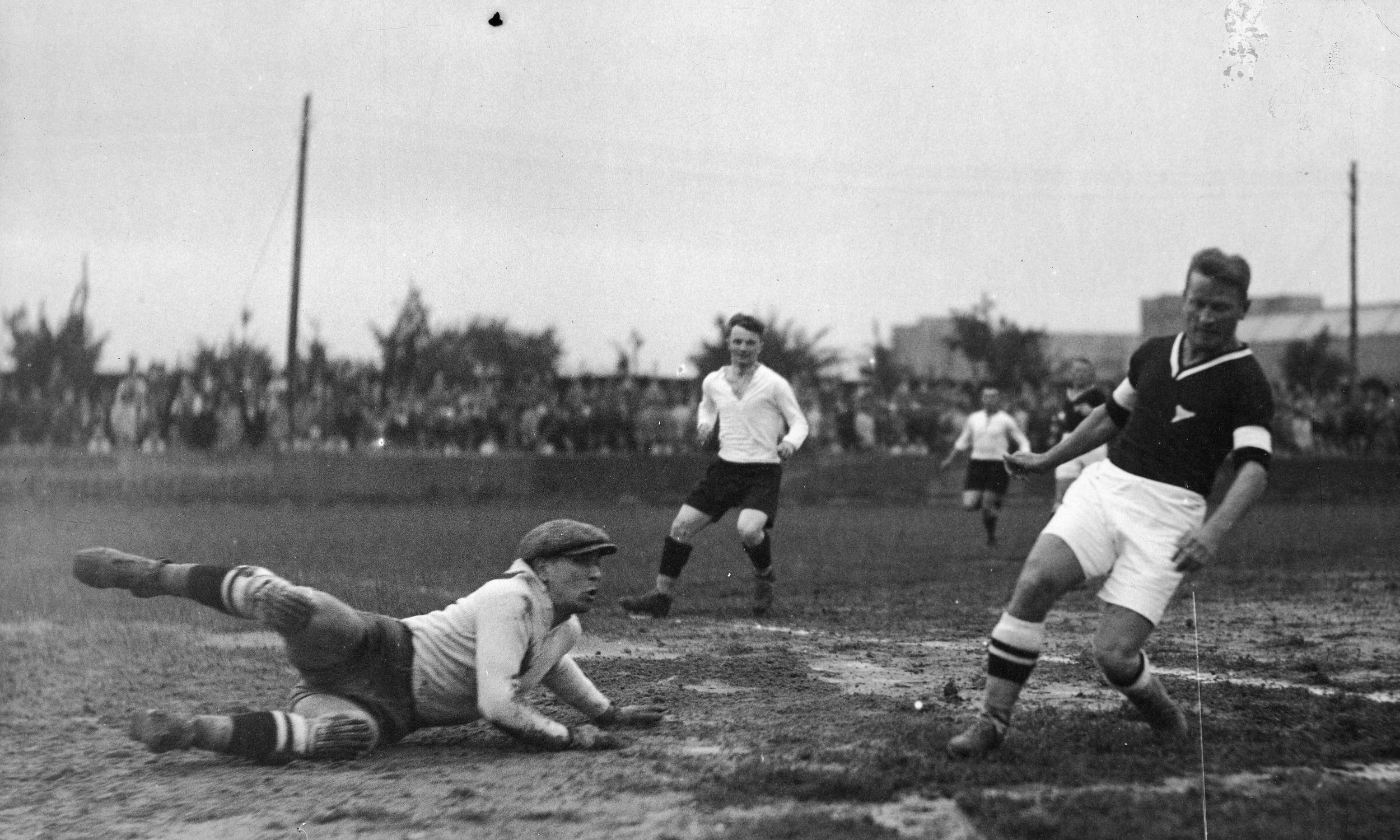 13 września 1931, akcja pod bramką Polonii. Od prawej widoczni: Jerzy Bułanow, Józef Nawrot, bramkarz Polonii Piotr Korniejewski. Fot. NAC/IKC