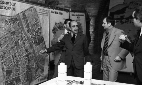 Wizyta w Polsce w roku 1973 naczelnego architekta brazylijskiego, projektanta miasta Brasilia Oscara Niemeyera (drugi z lewej). Fot. PAP/Zbigniew Matuszewski