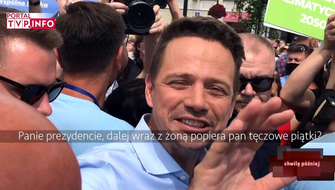 Rafał Trzaskowski nie mógł odpowiedzieć na pytanie, bo zajęty był robieniem zdjęć (fot. portal tvp.info)