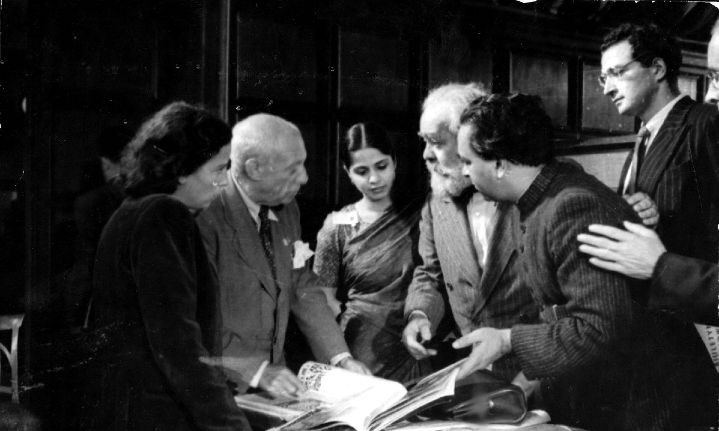 We Wrocławiu (od lewej): malarz Pablo Picasso w rozmowie z architekt z Cejlonu Minnette De Silvą, rzeźbiarzem Davidsonem (USA) i Rat Anandem (Indie). Fot. PAP/Jerzy Baranowski