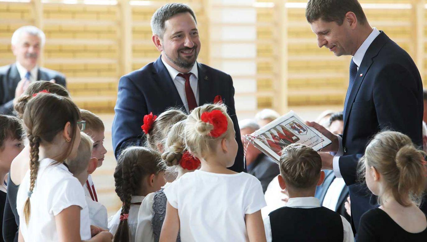 Minister Piontkowski i burmistrz Supraśla Radosław Dobrowolski uczestniczą w ogólnopolskim zakończeniu zajęć w Zespole Szkolno–Przedszkolnym w Ogrodniczkach (fot. PAP/Artur Reszko)