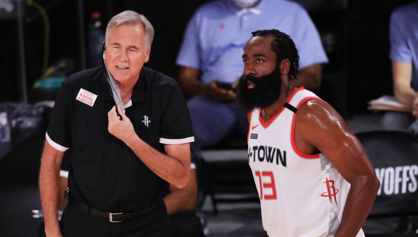 Trener Mike D'Antoni i rozgrywajacy Huston Rockets James Harden w trakcie meczu play-off przeciwko Los Angeles Lakers (fot. Mike Ehrmann/Getty Images)