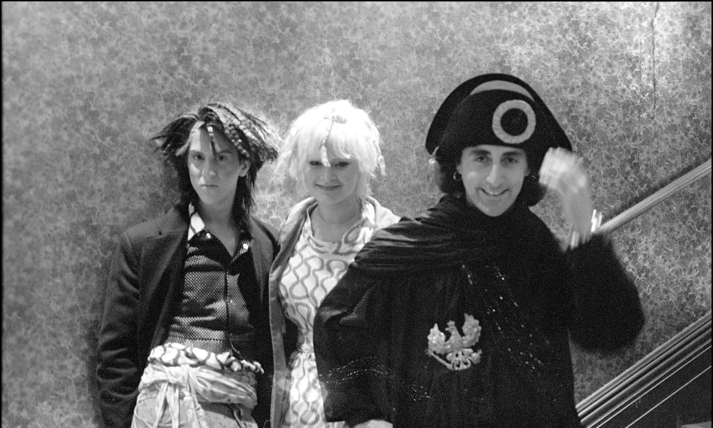 """Impresario Philip Sallon za kulisami pokazu mody Vivienne Westwood i Malcolma McLarena  w sezonie jesień /zima 1981-82. Pokaz nosił tytuł """"Piraci"""". Fot.  David Corio/Redferns"""