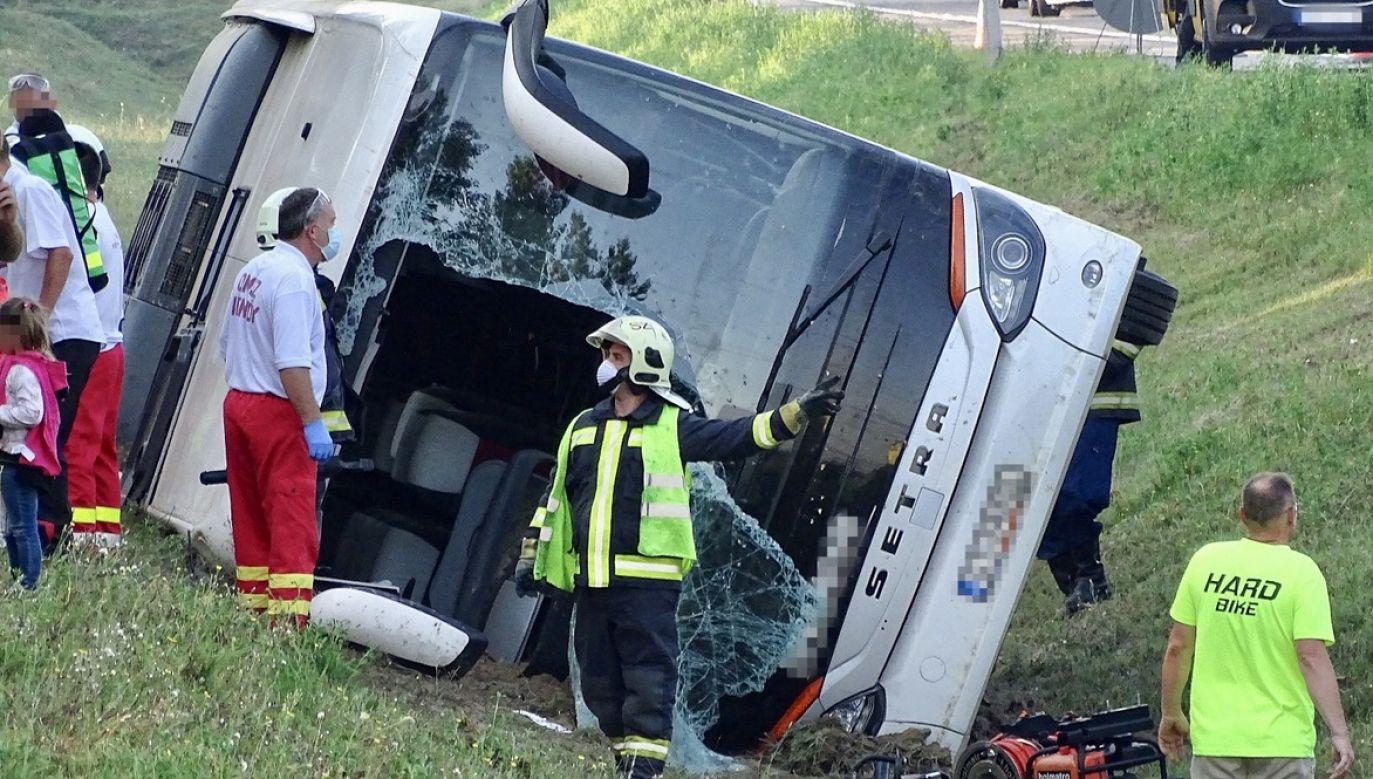 Większość pasażerów autokaru nadal przebywa w szpitalach, przechodząc badania (fot. PAP/EPA/Ferenc Donka)