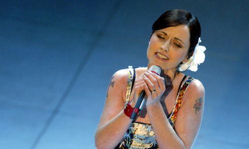 Irlandzka wokalistka podczas wystęu w Ariston Theatre, podczas 54. Festiwalu Piosenki San Remo, marzec 2004 r. Fot. REUTERS/Alessia Pierdomenico