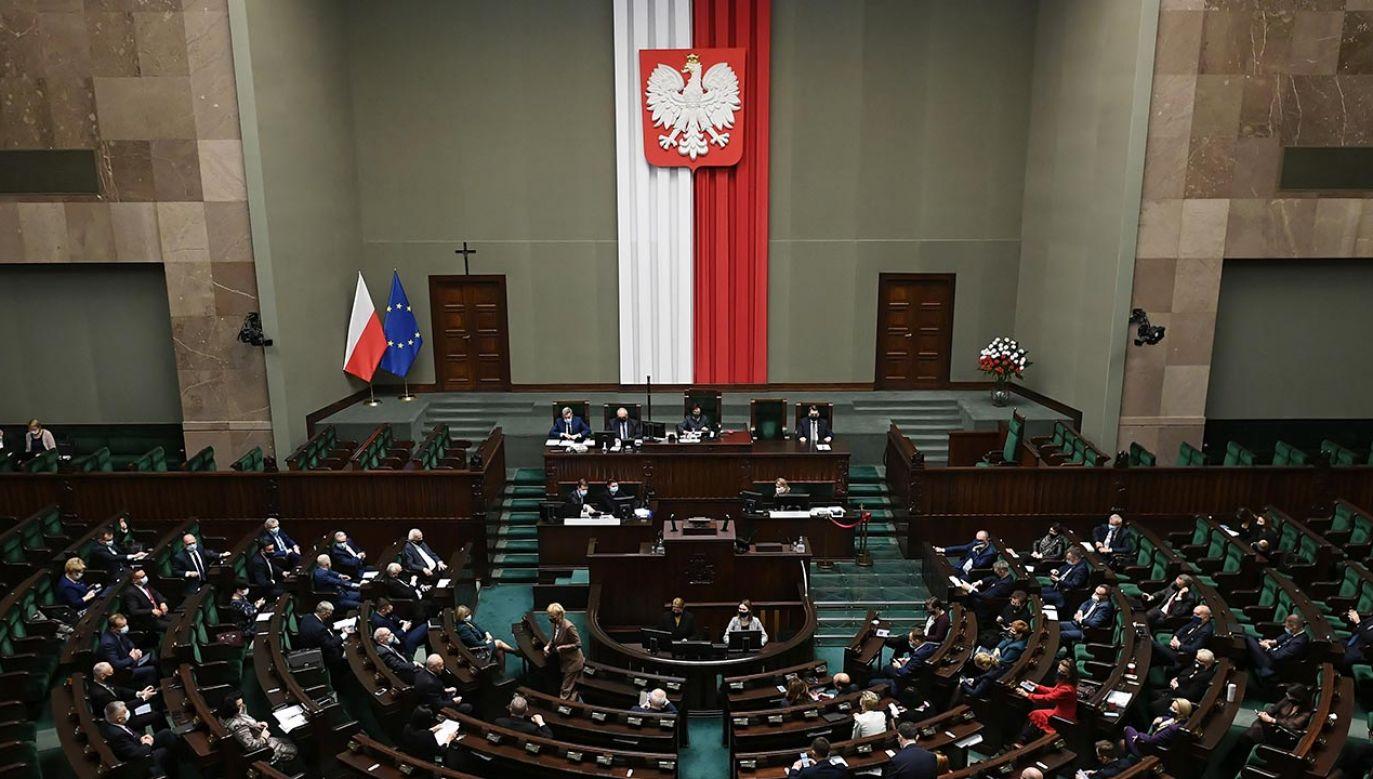 Posiedzenie Sejmu będzie kontynuowane w sobotę od godz. 13.00 (fot. PAP/Marcin Obara)