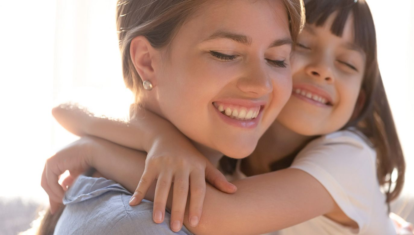 Dotyk sprzyja naszemu zdrowiu i rozwojowi (fot. Shutterstock/fizkes)