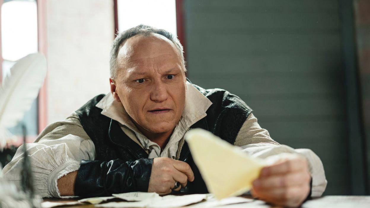 ... Rejent próbuje podyktować Dyndalskiemu (Mariusz Jakus) list, rzekomo od Klary, by zwabić Wacława (fot. S. Loba)