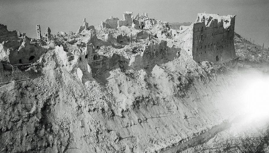 Zbombardowanie klasztoru ułatwiło Niemcom obronę (fot. Wiki/Imperial War Museums)