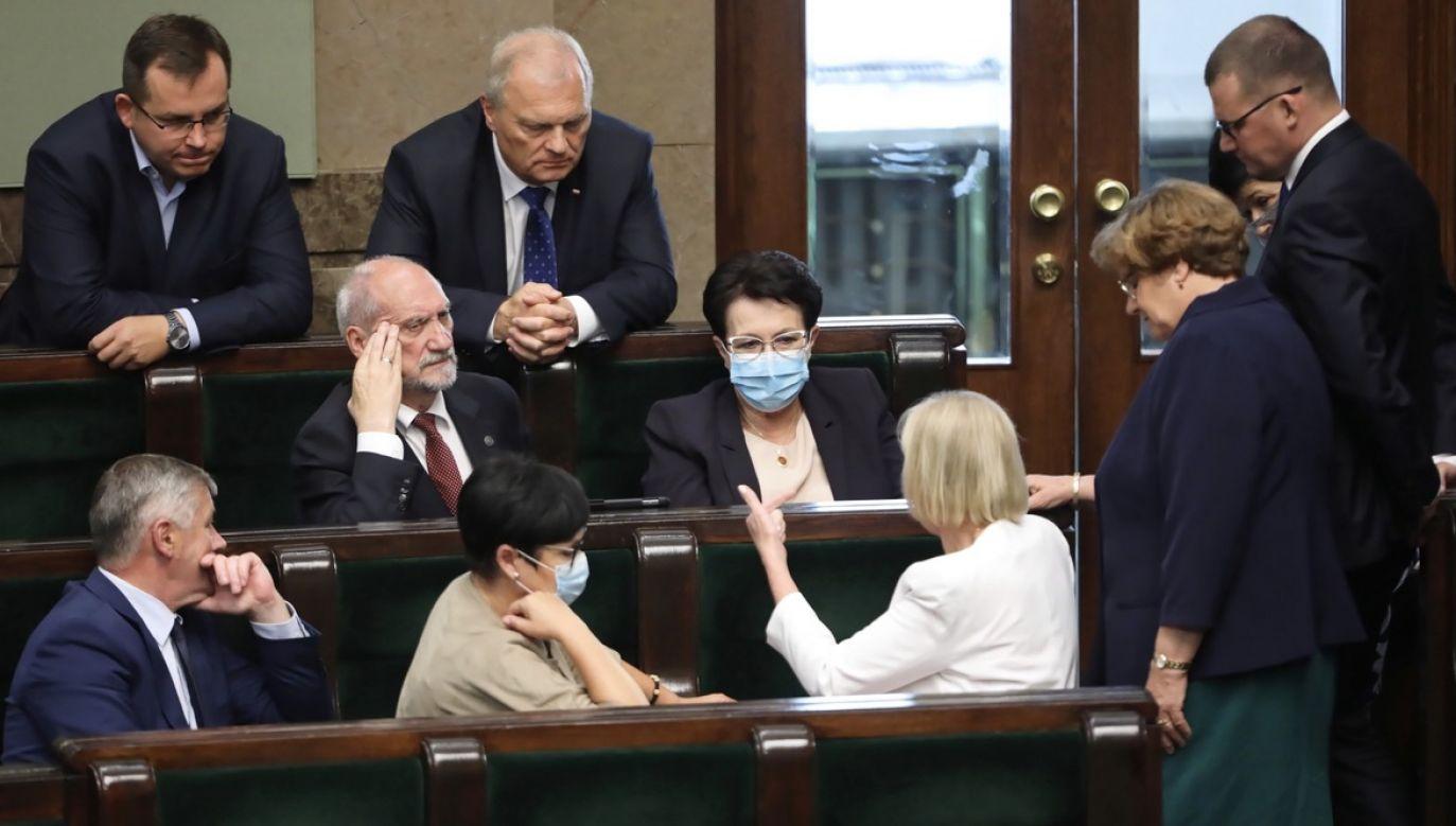Solidarna Polska i Porozumienie złożyły jasne deklaracje w sprawie głosowania nad ustawą o zwierzętach futerkowych (fot. PAP/Wojciech Olkuśnik)