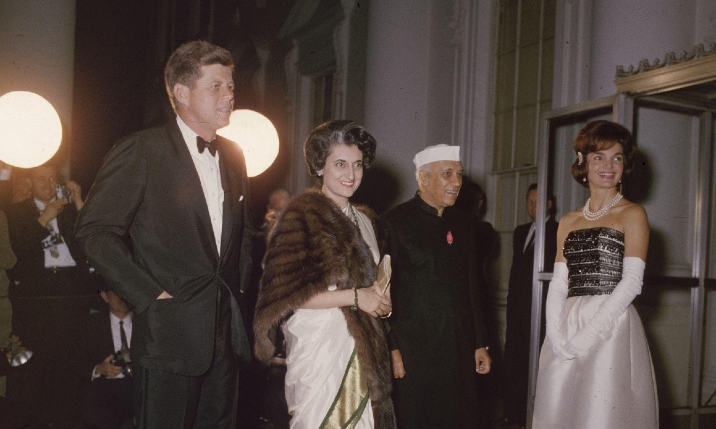 Prezydent USA John F. Kennedy z żoną Jackie goszczą pierwszego premiera Indii Jawaharlala Nehru i jego córkę, późniejszą trzecią premier tego państwa Indirę Gandhi. 1961 rok. Fot. Hulton Archive/Getty Images