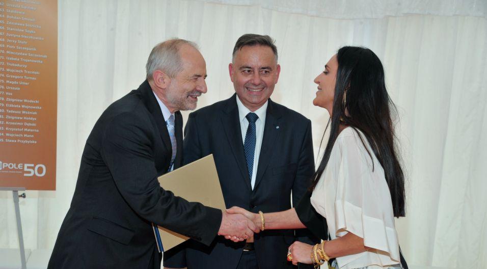 Kayah  odbiera jubileuszową nagrodę (fot. Ireneusz Sobieszczuk/TVP)