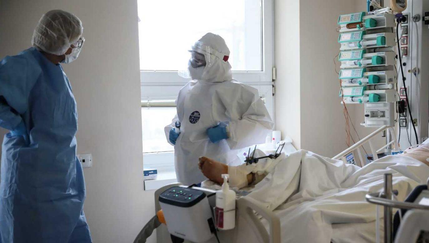 Lekarze zmagają się z pandemią (fot. PAP/Leszek Szymański)