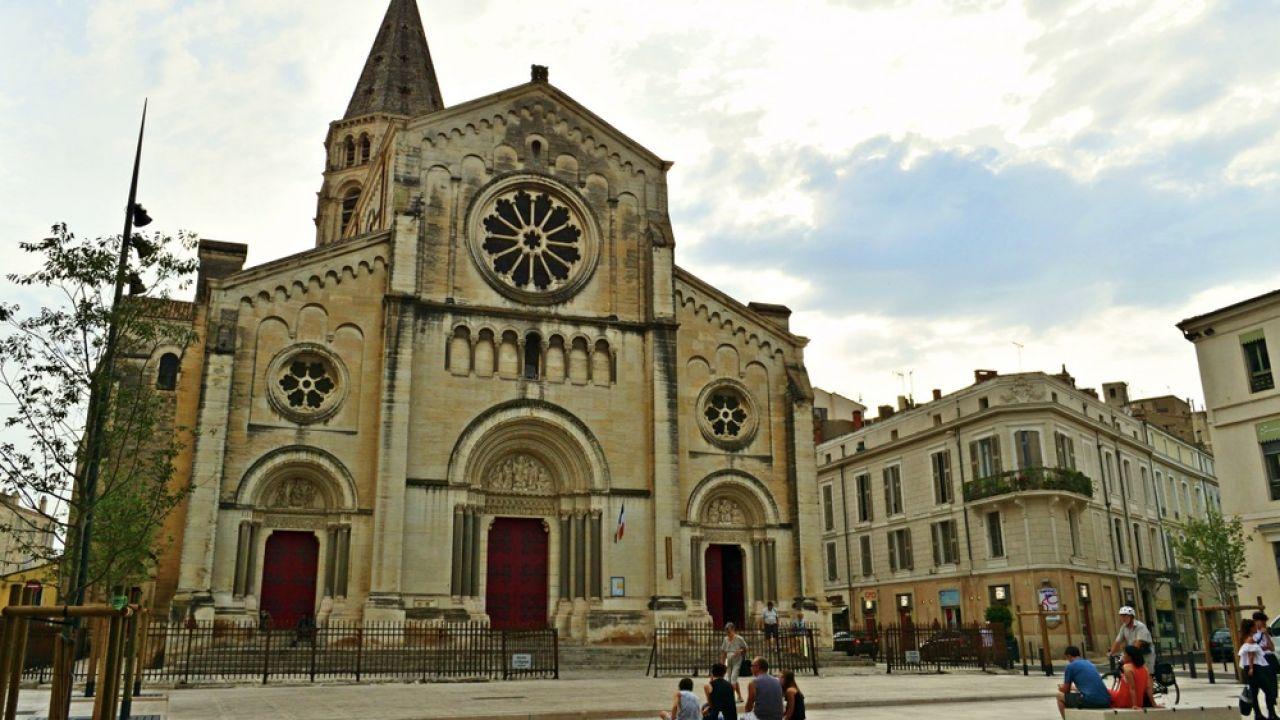 Podejrzany mężczyzna chciał się włamać do katedry w Nîmes (fot. Shutterstock/Simona Bottone)