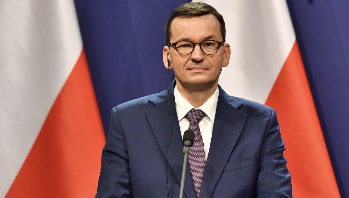 Premier wraz ze skoczkami narciarskimi zachęca do przestrzegania obostrzeń zw. z pandemią (fot. PAP/Andrzej Lange)