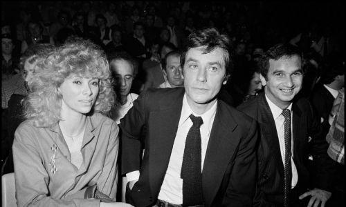 Schneider i Darc były obie piękne, dobre i zakochane w Delonie na zabój. Mirelle (1938-2017) zagrała z nim w 6 filmach I bardzo długo była jego partnerką: od 1968 do 1983 r. W latach 80.przeżyła ciężką katastrofę samochodową i przeszła operację serca.Później była w związku z pisarzem Pierre'm Barretem ((1983 do jego śmierci w 1988) i w 2002 roku wyszła za mąż za architekta Pascala Despreza. Na zdjęciu Delon i jego druga wielka miłość - Mireille Darc w 1981 r. Fot. Bertrand Rindoff Petroff/Getty Images