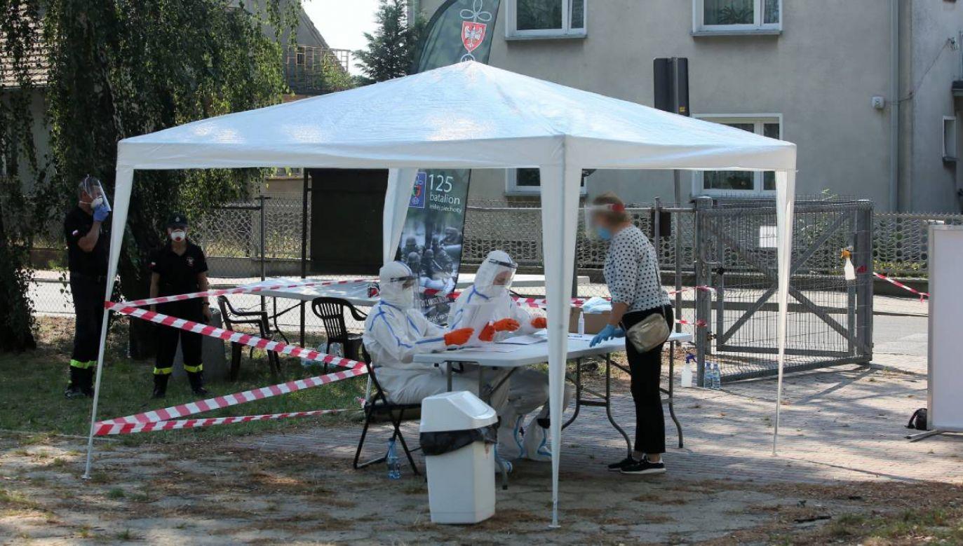 Masowa akcja pobierania wymazów od pracowników zakładu drobiarskiego AMI w wielkopolskim Mikstacie (fot. PAP/Tomasz Wojtasik)