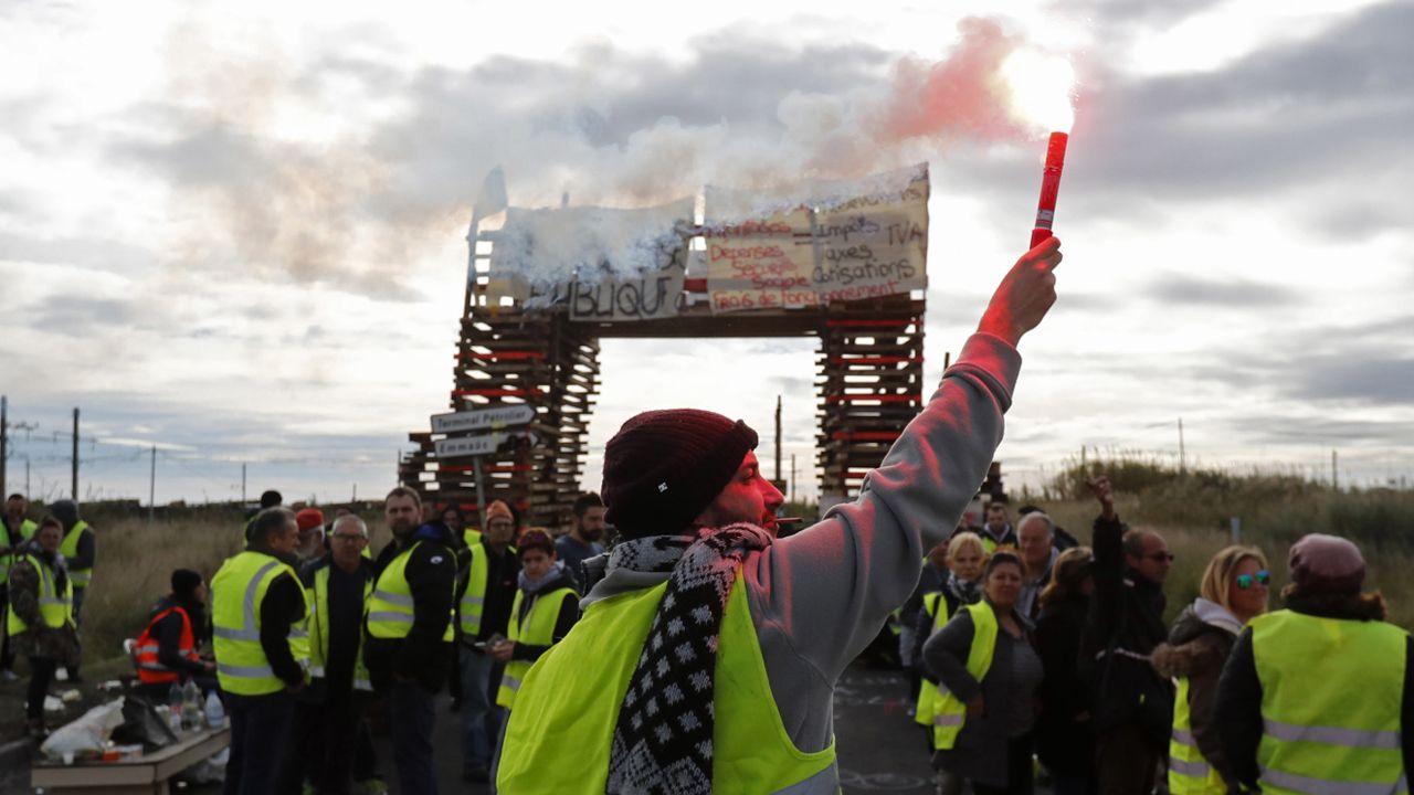 """""""Żółte kamizelki"""" zapowiadają kolejne protesty (fot. PAP/EPA/GUILLAUME HORCAJUELO)"""