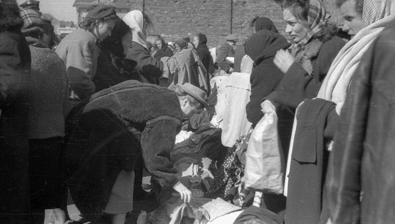 Warszawa, 1949 rok. Handel na bazarze Różyckiego na Pradze Północ, gdzie można było nabyć towary niedostępne w sklepach. Fot. PAP