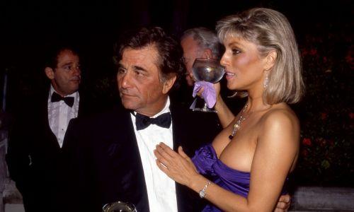 """Columbo często wspomina o swojej żonie i dzwoni do niej, ale ona nigdy nie pojawia się na ekranie, nie poznajemy nawet jej imienia. Pomogła w rozwiązaniu kilku spraw. W odcinku """"Rest In Peace, Mrs Columbo"""" porucznik udał jej pogrzeb, by morderca przyznał się do winy. W """"Troubled Waters"""" pani Columbo zabiera męża na rejs do Meksyku, który wygrała w loterii kościelnej. Na zdjęciu Peter Falk ze swoją prawdziwą żoną, aktorką Sherą Danese w 1987 r. w Beverly Hills. Fot. Bill Nation/Sygma via Getty Images"""