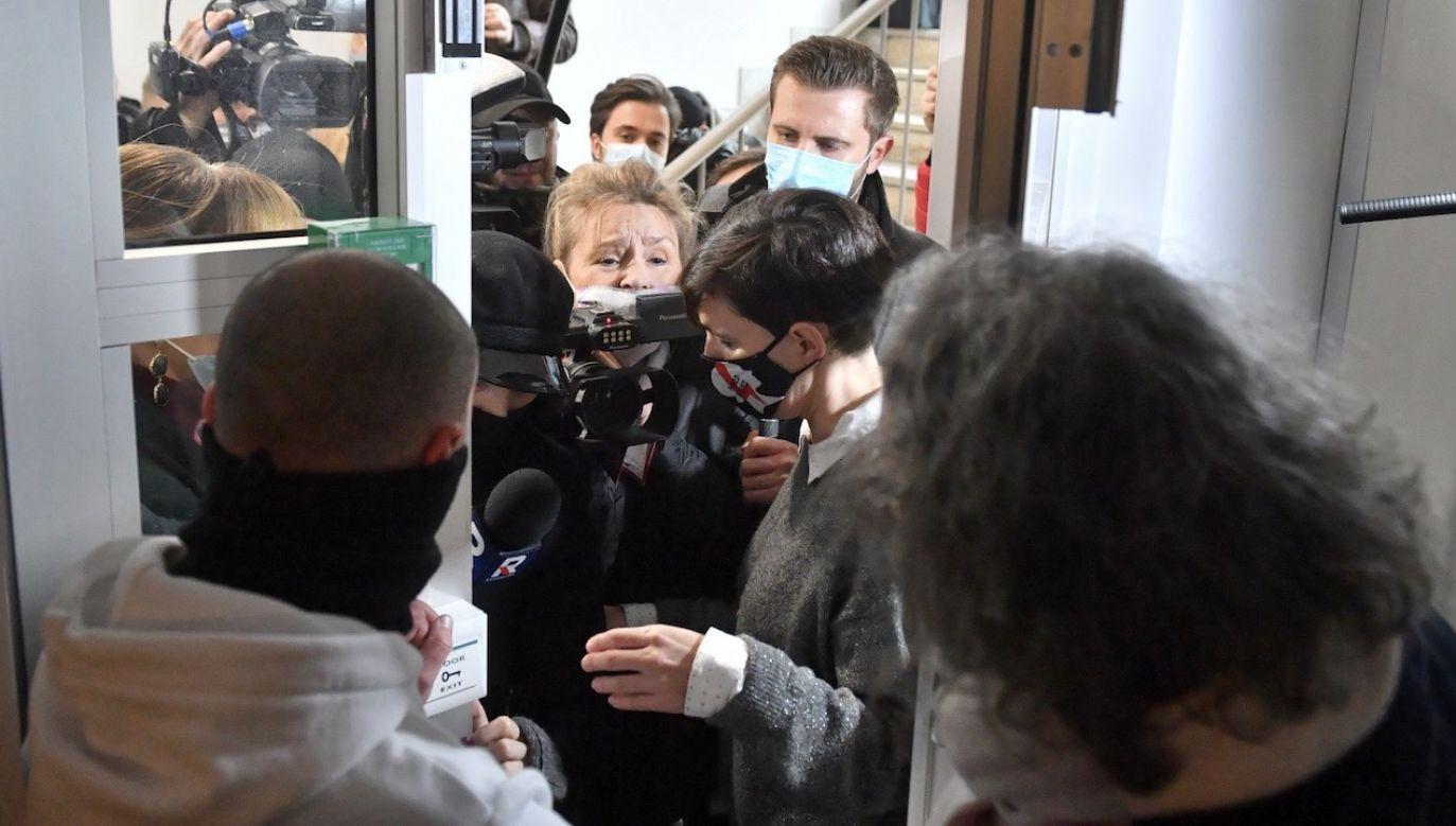 Przepychanki przed konferencją Strajku Kobiet w Warszawie (fot. PAP/Radek Pietruszka)