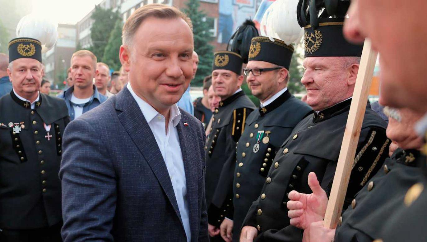 Prezydent Andrzej Duda rozdawał bułki przychodzącym do pracy górnikom (fot. PAP/Andrzej Grygiel)