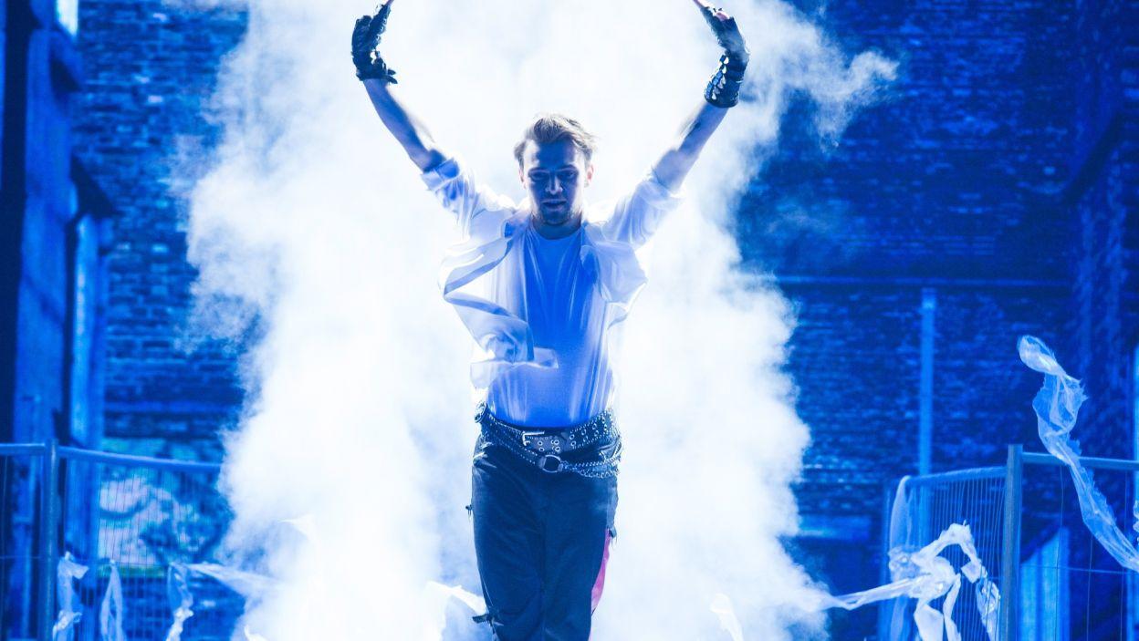 """Damian Kordas włożył dużo pracy, aby idealnie zatańczyć choreografię do piosenki Michaela Jacksona.  – Za to uwielbiam """"Dance, Dance, Dance""""! Za inscenizację, bo jest to wielkie show. Widziałem w tobie walkę! – skomentował występ Agustin Egurrola  (fot. TVP)"""