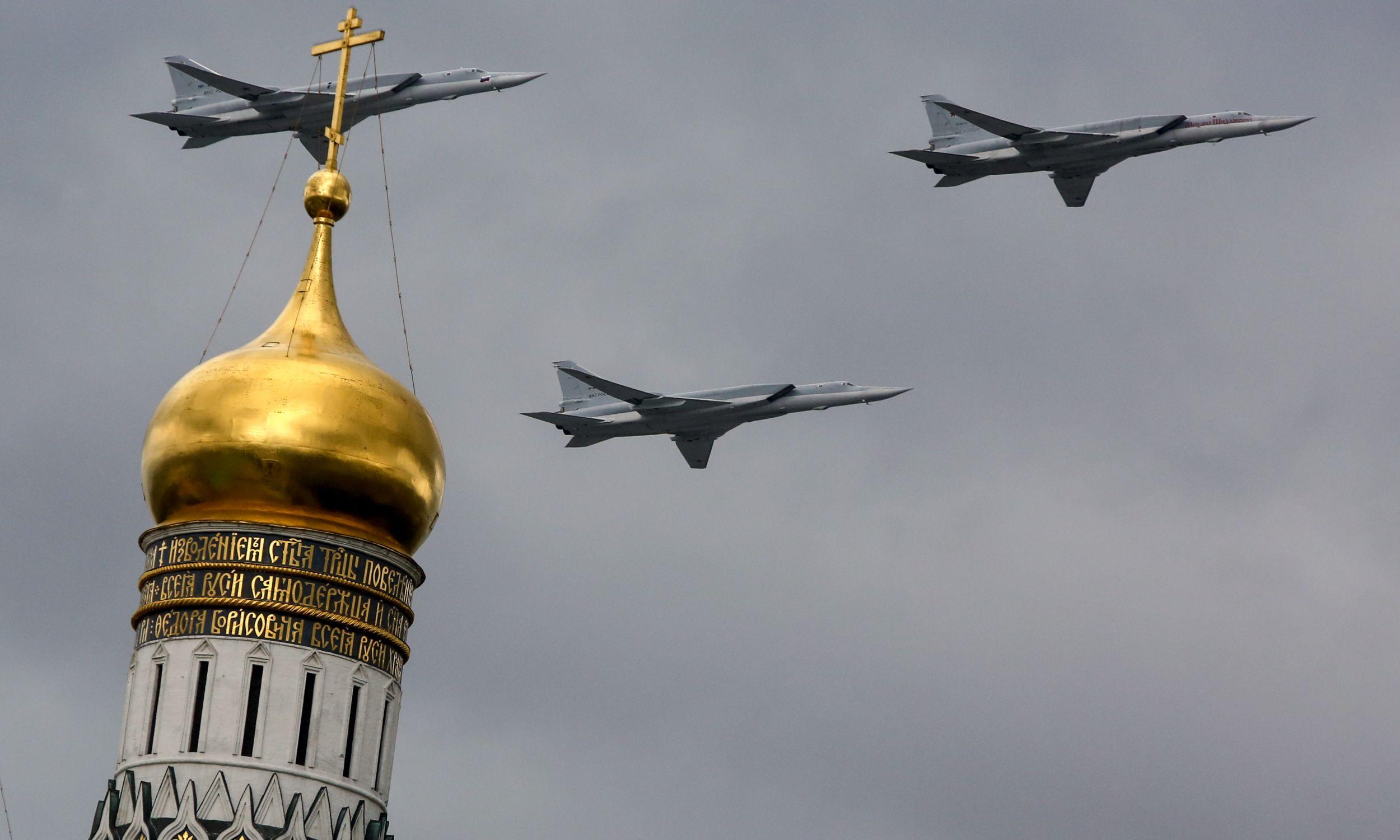 Bombowce Tu-22M3 rosyjskich sił powietrznych nad Kremlem w Moskwie, podczas próby parady wojskowej z okazji rocznicy zwycięstwa w II wojnie światowej. Fot. aviation-images.com/Universal Images Group via Getty Images