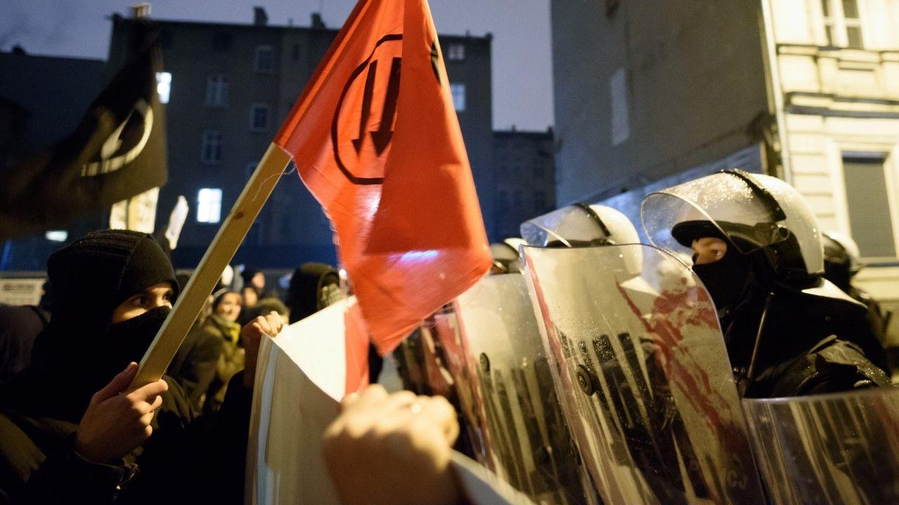 """Policja zabezpieczająca manifestację pod hasłem """"Nacjonalizm nie przejdzie! #2 - Wygwizdujemy Winnickiego""""(fot. arch. PAP/Jakub Kaczmarczyk)"""