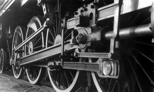 Pierwsze 3 parowozy pasażerskie Pt31 wyjechały z fabryki w 1932 roku. Do II wojny światowej wyprodukowano 98 parowozów, w czasie okupacji niemieckiej kolejne 12 sztuk. Na zdjęciu koła i wiązary parowozu Pt 31 na wystawie przemysłu metalowego i elektrotechnicznego w Warszawie, wrzesień 1936 roku. Fot. NAC/IKC, sygn. 1-G-1076-6