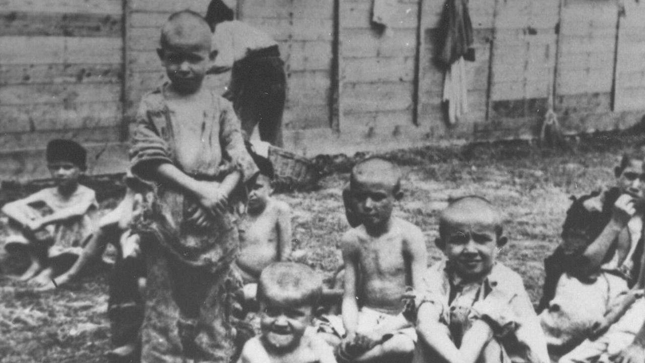 Dzieci z chorwackiego obozu Sisak (fot. Wikipedia)