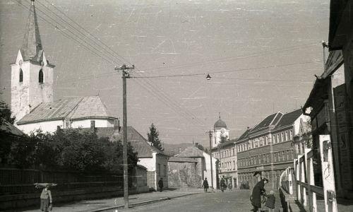 Ul. Siczy Karpackiej z widokiem na główny plac, widoczny zbór kalwiński i kościół św. Anny. Fot. Wikimedia/FORTEPAN / Pálfi András, CC BY-SA 3.0