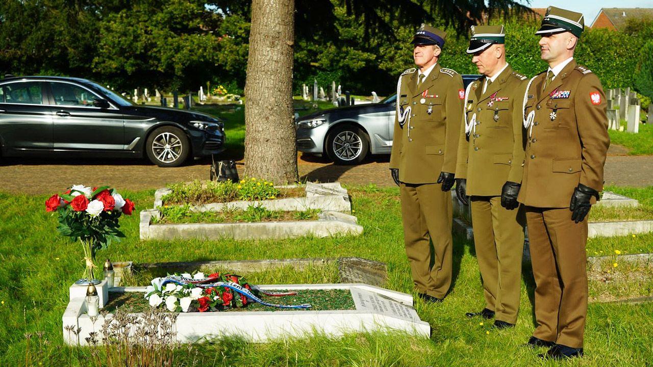 Przedstawiciele ambasady RP w Londynie złożyli wieńce na odrestaurowanym grobie płk. Józefa Hartmana (fot. FB/@PolishEmbassyUK)