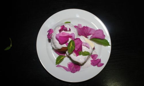Lody z płatkami róży. Fot. Akiko Miwa