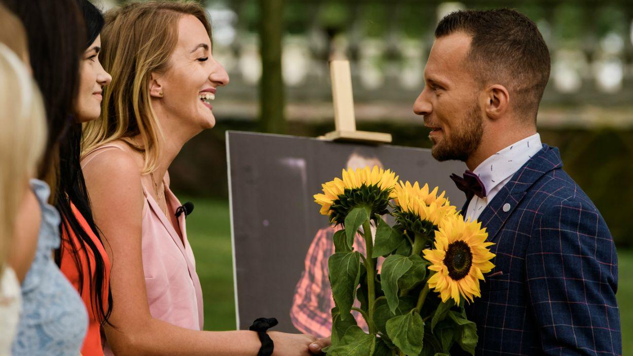 Rolnik uszczęśliwił Magdę zaproszeniem do kolejnego etapu, ale też doprowadził do płaczu Kamilę, której wręczył słonecznik... (fot. TVP)
