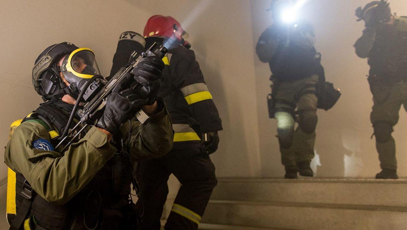 Mężczyzna kilkukrotnie ranił kobietę ostrym narzędziem, a następnie zabarykadował się w swoim mieszkaniu (fot.PAP/Maciej Kulczyński, zdjęcie ilustracyjne)