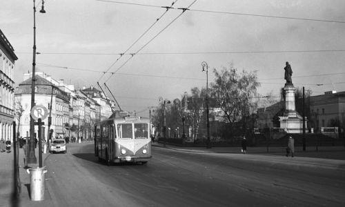 Warszawa 1955. Ul. Krakowskie Przedmieście, widok w kierunku placu Zamkowego (fot. arch.PAP/Mariusz Szyperko)