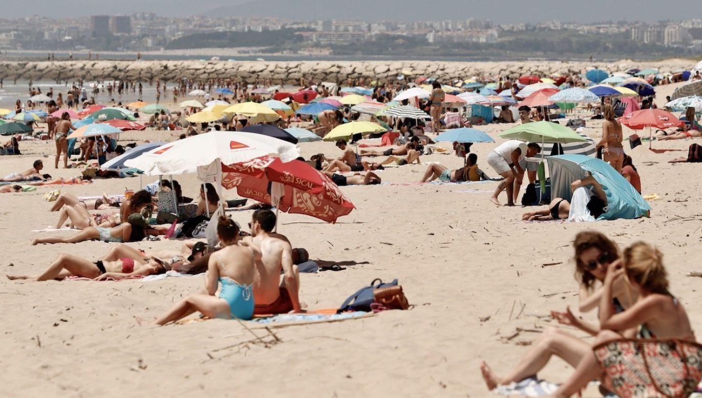 Portugalczycy wyszli w weekend na plażę, po raz pierwszy od czasu kwarantanny spowodowanej koronawirusem(fot. PAP/EPA/ANTONIO COTRIM)