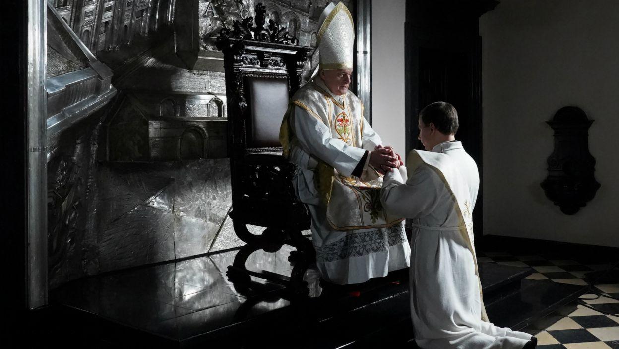 Granicą czasową spektaklu jest przyjęcie przez Karola Wojtyłę święceń kapłańskich z rąk kardynała Adama Sapiehy (fot. A. Ciołek/TVP)
