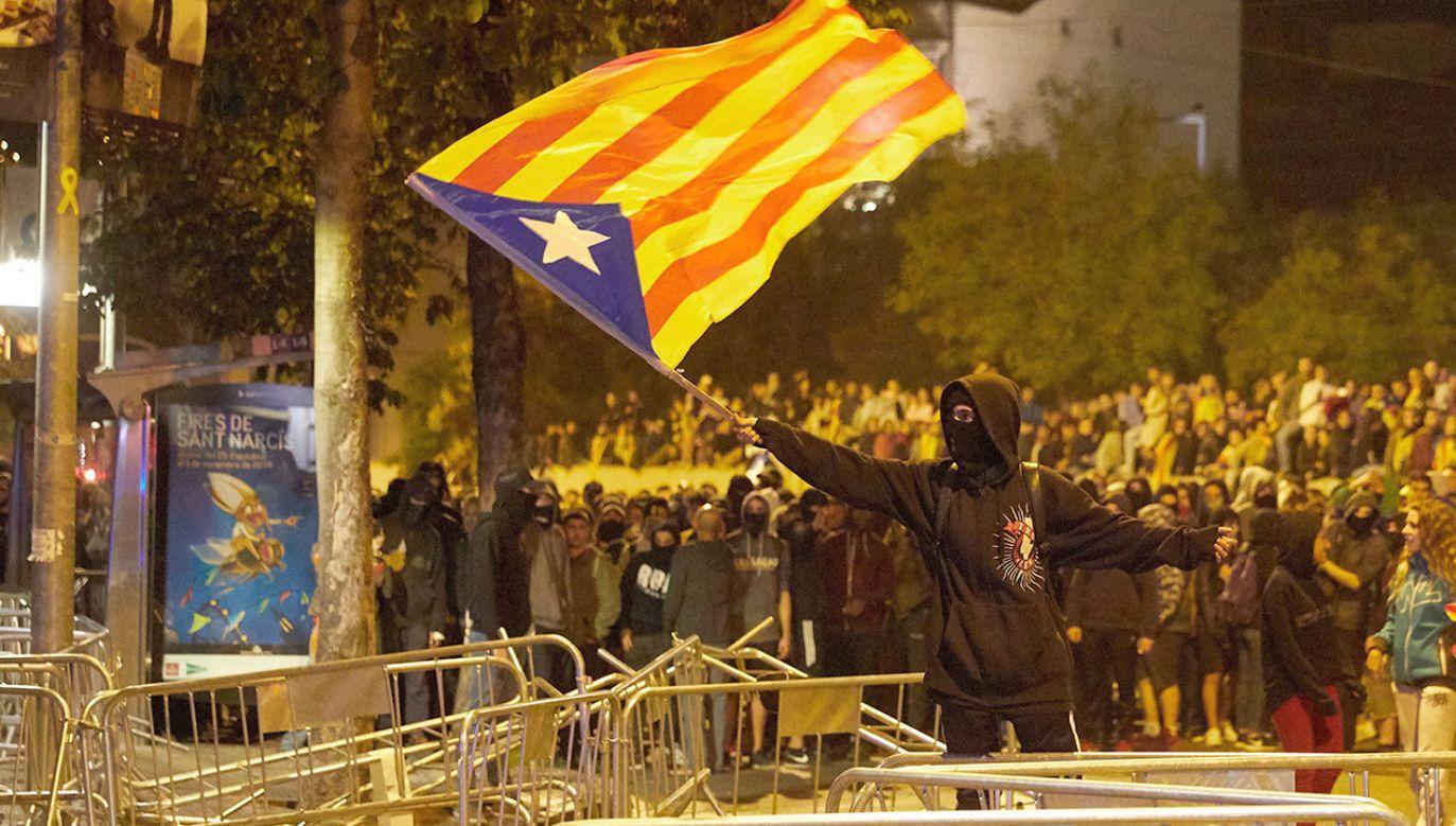 Hiszpański Sąd Najwyższy w poniedziałek skazał na kary od 9 do 13 lat więzienia dziewięciu katalońskich separatystów (fot. PAP/EPA/DAVID BORRAT)