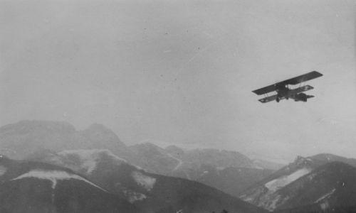 Pokazy lotnicze. Samolot w locie pokazowym nad Tatrami. Widoczny Giewont. 1919 – 1939. Fot. NAC/IKC, sygn. 1-W-1647-4