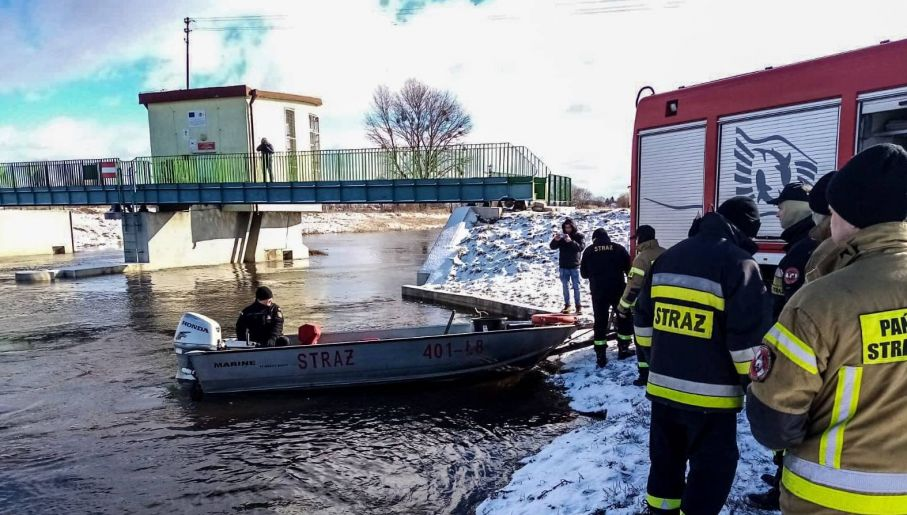 Kierowca sam wydostał się na brzeg (fot. KWP Białystok)