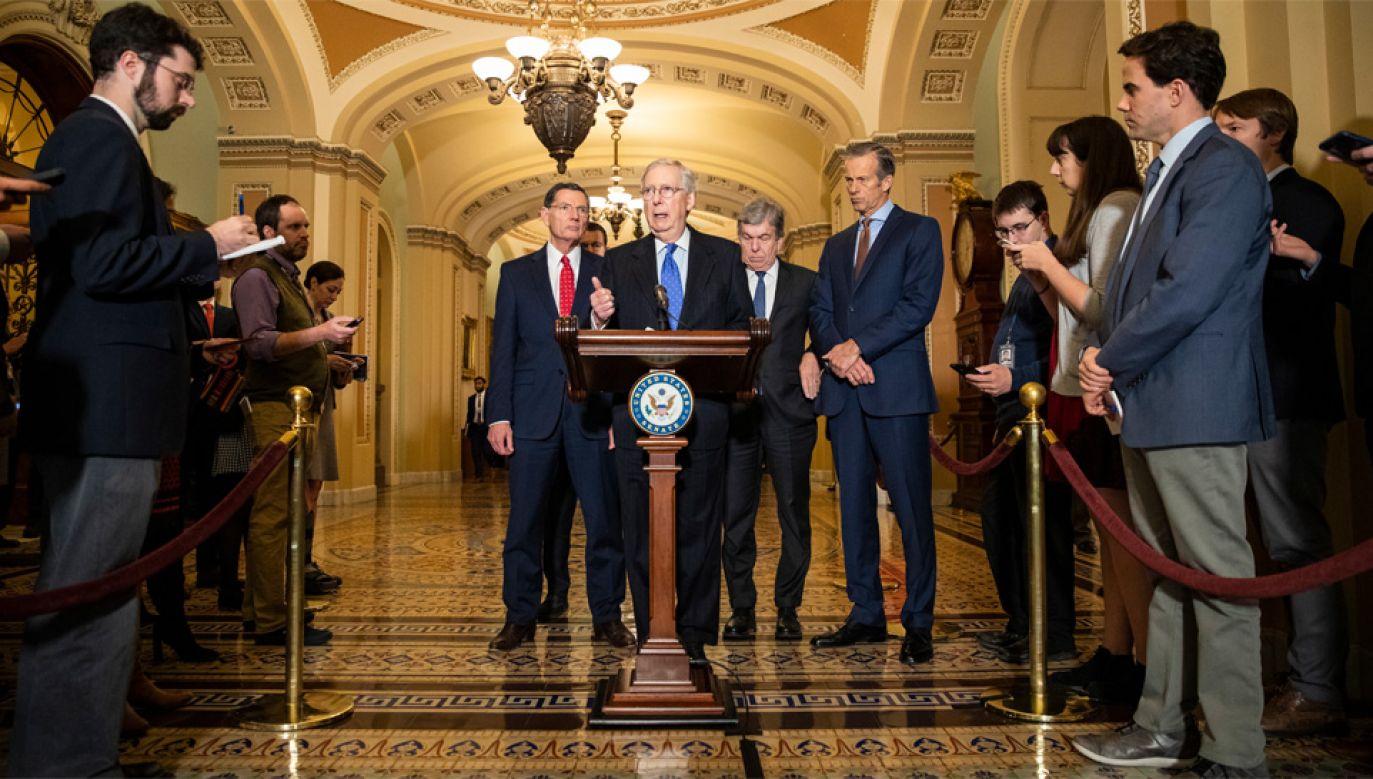 Przywódca większości republikańskiej w Senacie Mitch McConnell (fot. PAP/EPA/SAMUEL CORUM)