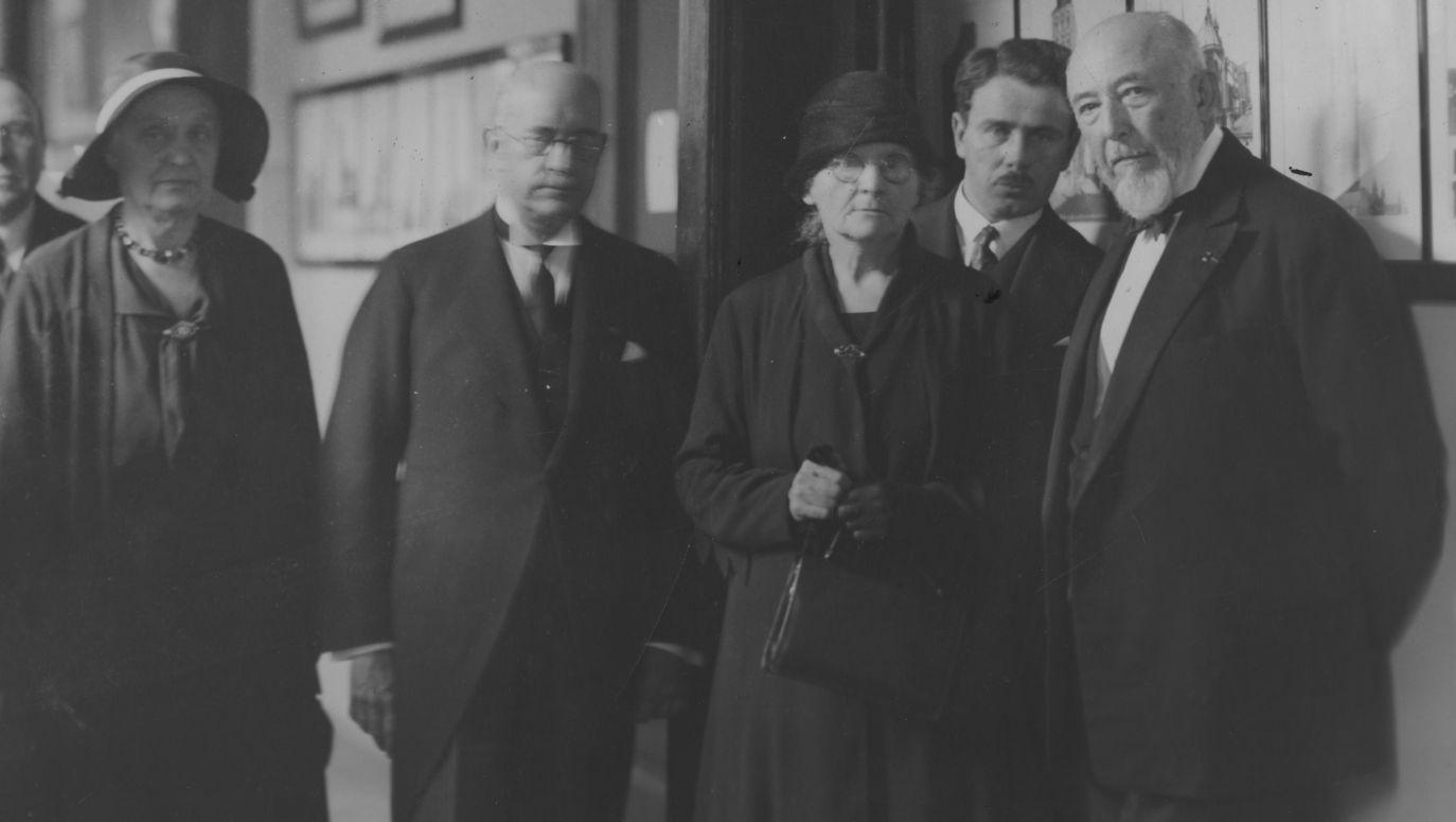 c1e4ad178 Na zdjęciu stoją od lewej: siostra noblistki dr Bronisława Dłuska,  ambasador Francji w Polsce Jules Laroche, Maria Skłodowska-Curie, dr  Franciszek ...